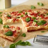 Pizza s rajčaty, bazalkou a mozzarellou