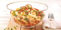 Teplý těstovinový salát s ředkvičkami