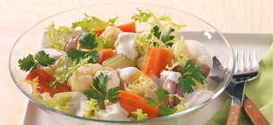 Zeleninový bramborový salát se smetanovou zálivkou