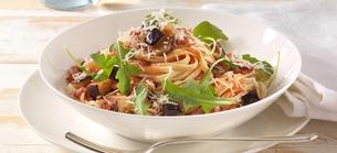 Špagety se slaninou, lilkem a rukolou