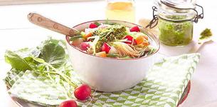 Jarní polévka Minestrone s bylinkovým pestem