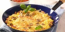 Těstovinová omeleta s krůtím masem a rajčatovou omáčkou