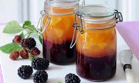 Extra ovocný vrstvený džem s kousky ostružin a nektarinek